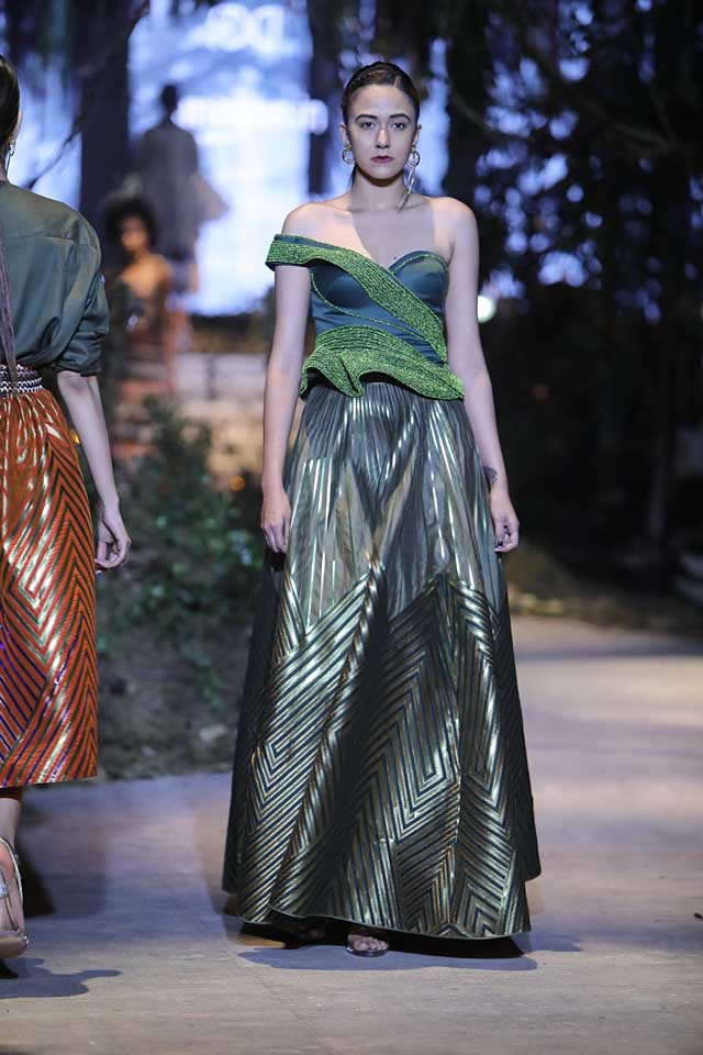 amit-aggarwal-amazon-india-fashion-week-2017-dress-indian (13)-gown-green