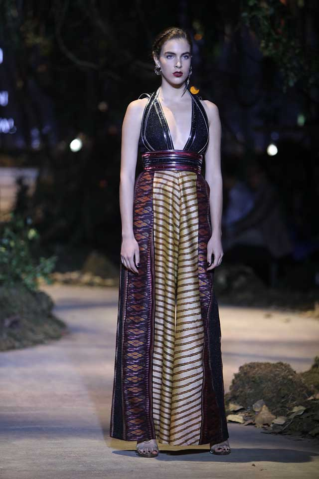 amit-aggarwal-amazon-india-fashion-week-2017-dress-indian (16)-plunging-neckline-gown