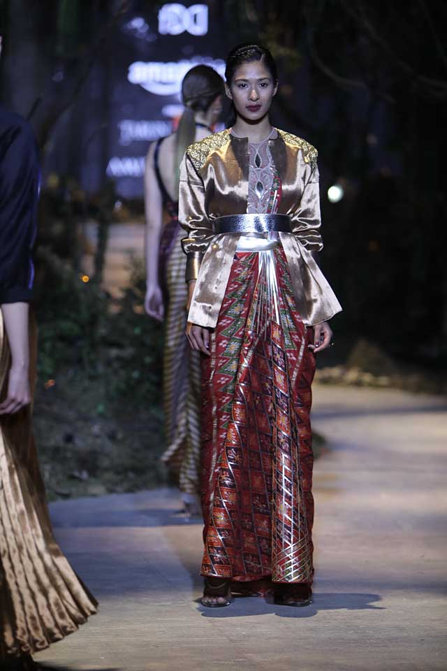 amit-aggarwal-amazon-india-fashion-week-2017-dress-indian (19)-saree-metallic-jacket-dress