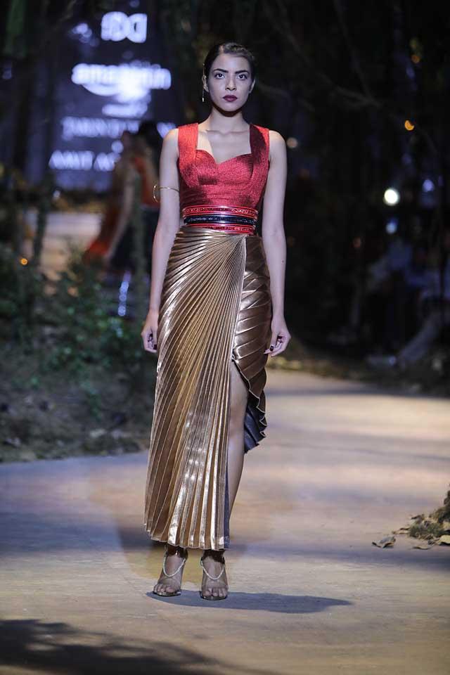 amit-aggarwal-amazon-india-fashion-week-2017-dress-indian (21)-pleated-asymmetric-skirt-belt-metallic-outfit
