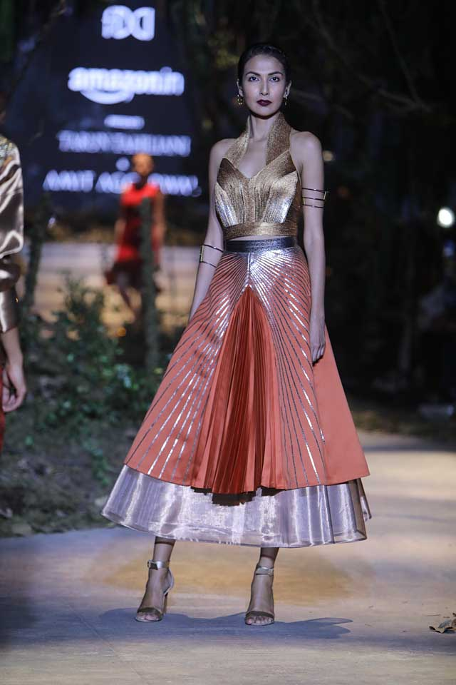 amit-aggarwal-amazon-india-fashion-week-2017-dress-indian (22)-pleated-metallic-dress