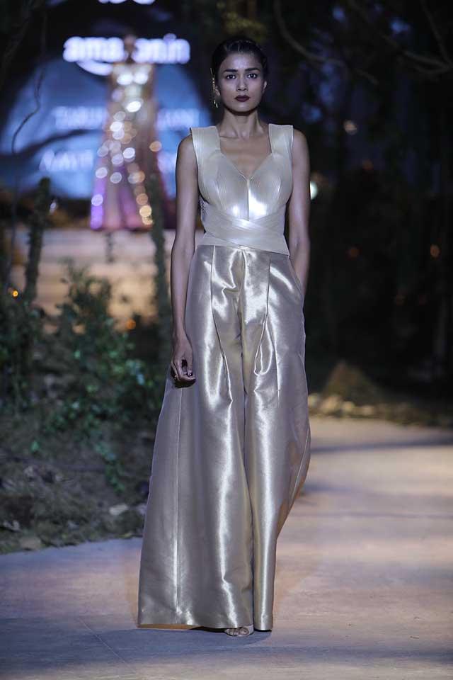 amit-aggarwal-amazon-india-fashion-week-2017-dress-indian (28)-metallic-gown-dress