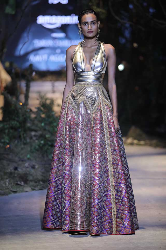amit-aggarwal-amazon-india-fashion-week-2017-dress-indian (29)-metallic-printed-gown