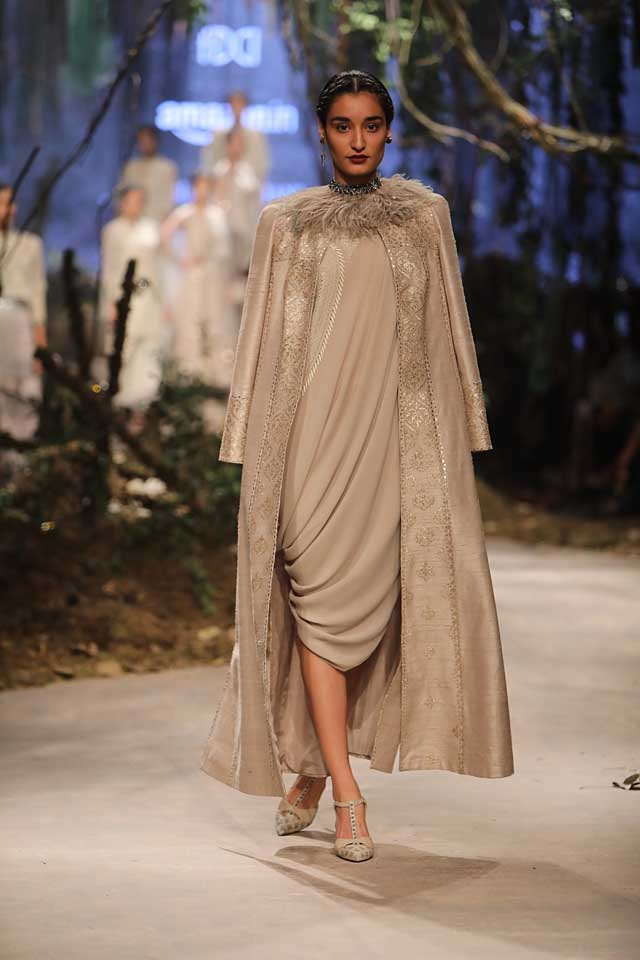 amit-aggarwal-amazon-india-fashion-week-2017-dress-indian (30)-grey-dress-fur-neckline
