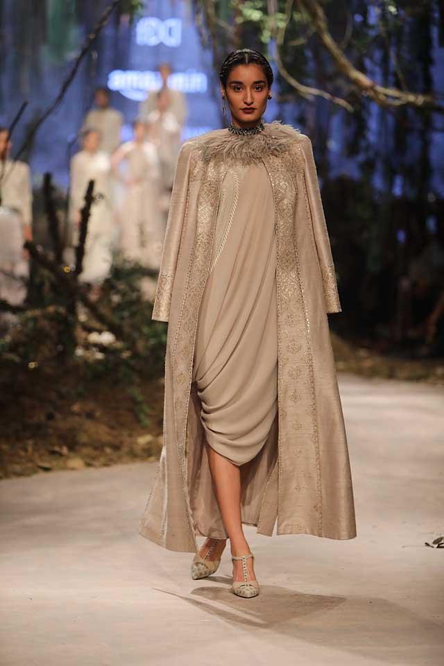 amit-aggarwal-amazon-india-fashion-week-2017-dress-indian (30)-grey-dress-fur-neckline