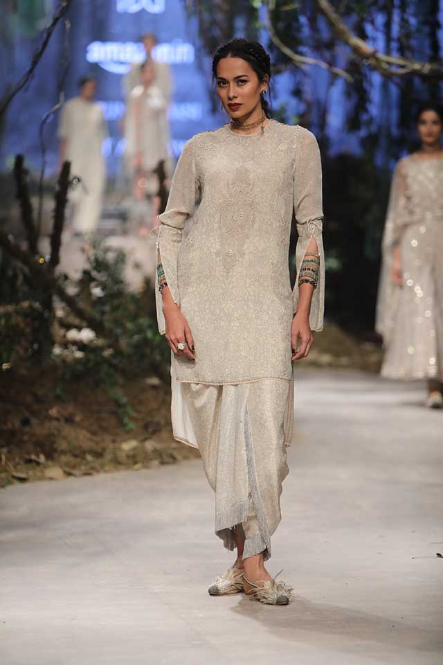 amit-aggarwal-amazon-india-fashion-week-2017-dress-indian (32)-silver-kurta-sleeves