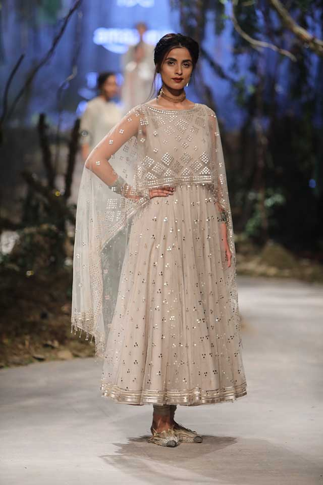 amit-aggarwal-amazon-india-fashion-week-2017-dress-indian (33)-white-poncho-skirt