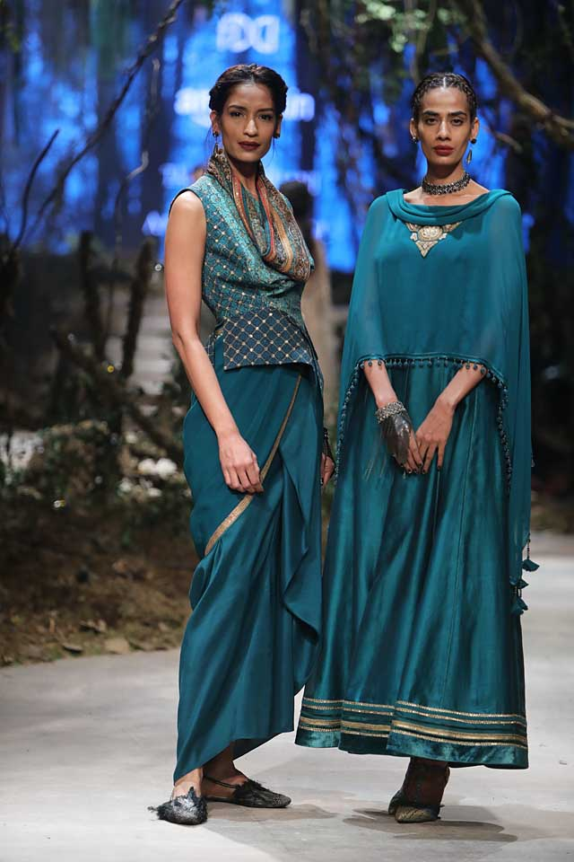 amit-aggarwal-amazon-india-fashion-week-2017-dress-indian (37)-green-poncho-saree