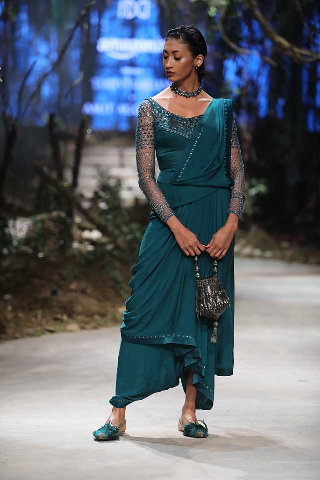 amit-aggarwal-amazon-india-fashion-week-2017-dress-indian (40)-bag-green-saree-sleeves