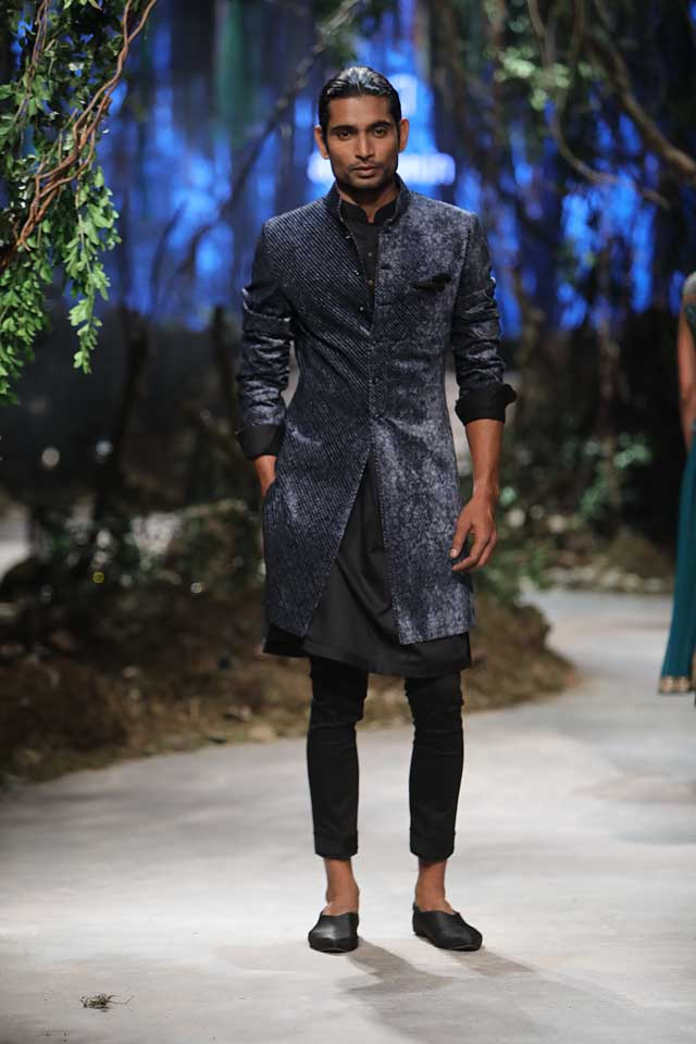 amit-aggarwal-amazon-india-fashion-week-2017-dress-indian (41)-black-kurta-velvet-coat-cropped-trousers