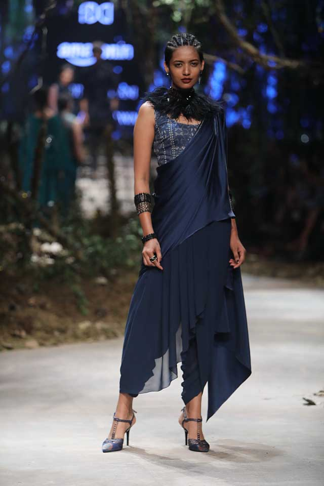 amit-aggarwal-amazon-india-fashion-week-2017-dress-indian (42)-blue-saree-cropped-pants