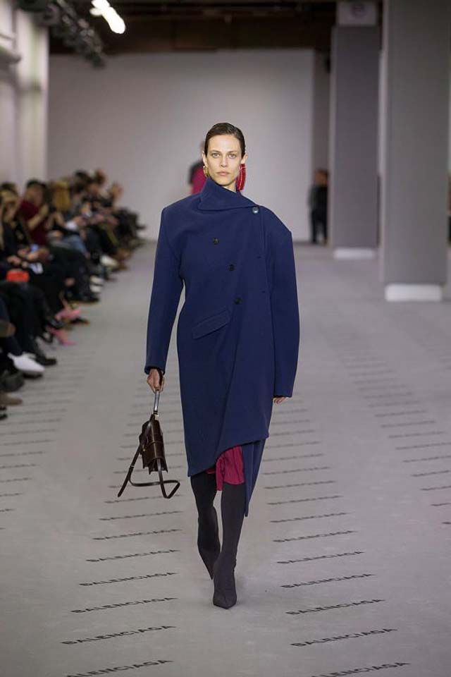 balenciaga-fw17-rtw-fall-winter-2017-18-collection (10)-blue-coat-bag