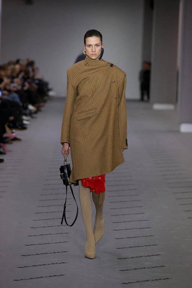 balenciaga-fw17-rtw-fall-winter-2017-18-collection (2)-asymmetric-coat-brown