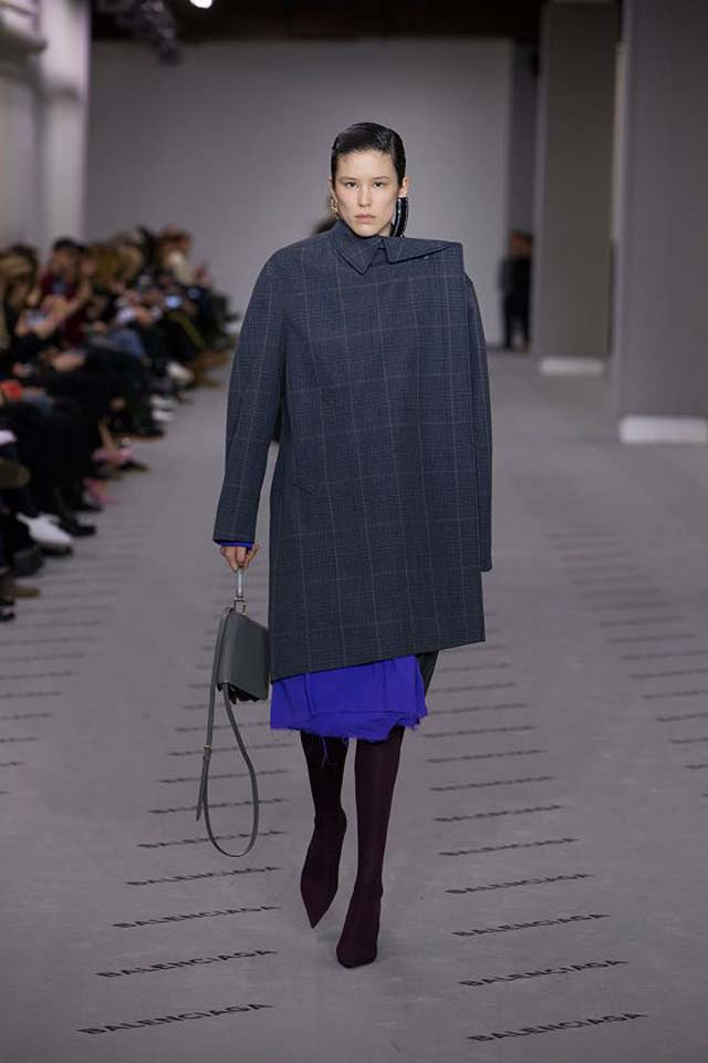 balenciaga-fw17-rtw-fall-winter-2017-18-collection (3)-blue-bag