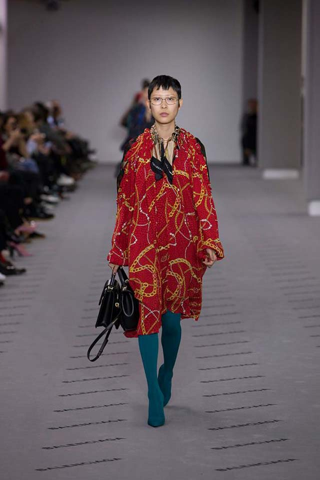 balenciaga-fw17-rtw-fall-winter-2017-18-collection (32)-red-printed-top