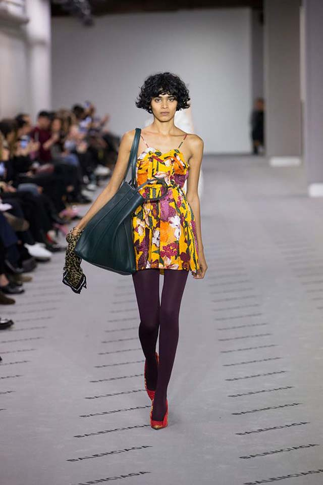 balenciaga-fw17-rtw-fall-winter-2017-18-collection (38)-floral-printed-top-leggings-bag