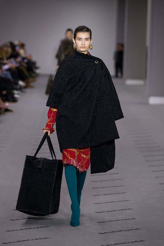 balenciaga-fw17-rtw-fall-winter-2017-18-collection (4)-bag-coat-green-boots