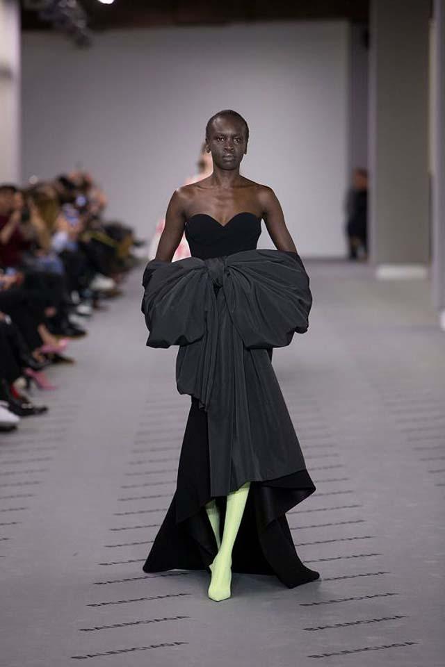 balenciaga-fw17-rtw-fall-winter-2017-18-collection (41)-black-gown-bow