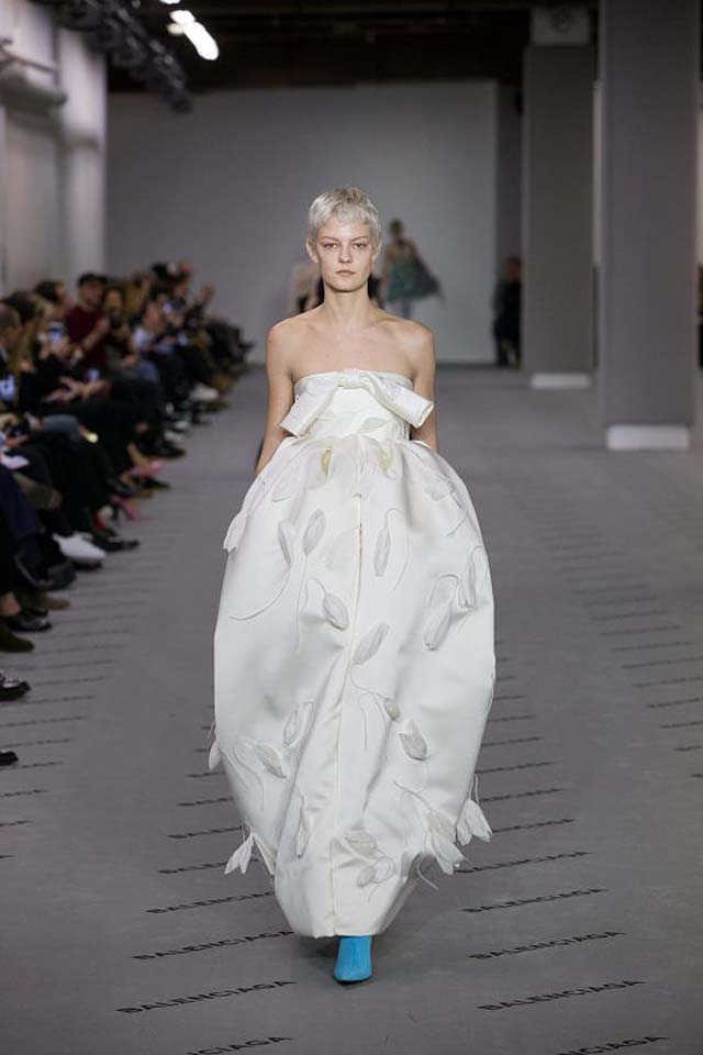 balenciaga-fw17-rtw-fall-winter-2017-18-collection (44)-white-gown-applique