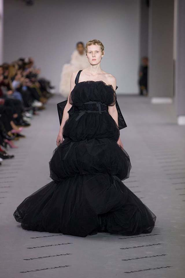 balenciaga-fw17-rtw-fall-winter-2017-18-collection (45)-black-gown