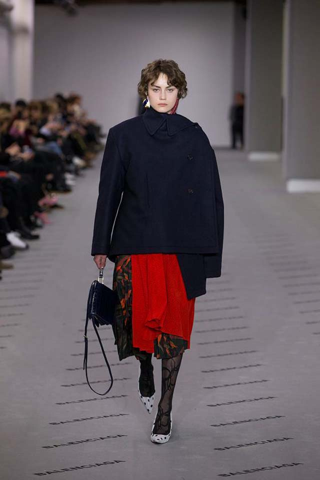 balenciaga-fw17-rtw-fall-winter-2017-18-collection (8)-leggings-blue-coat