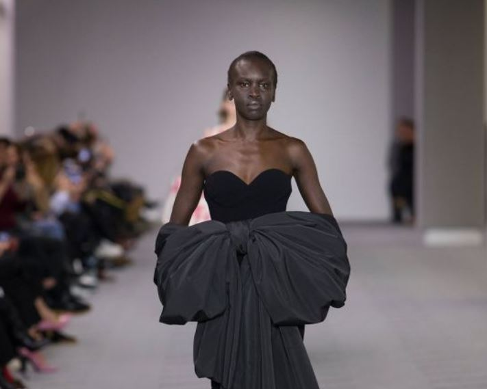 Balenciaga Fall Winter 2017-balenciaga-fw17-rtw-fall-winter-2017-18-collection-black-gown-bow