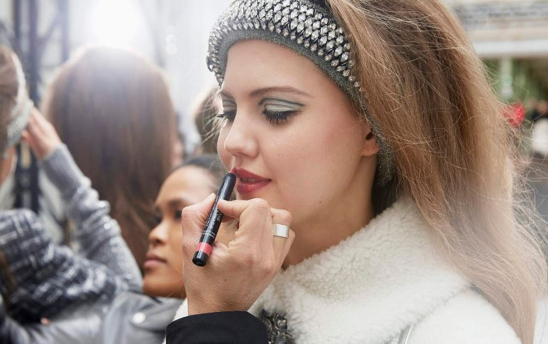 chanel-fall-winter-2017-18-fw17-rtw-ready-to-wear-fashion-makeup-beauty-eyeliner