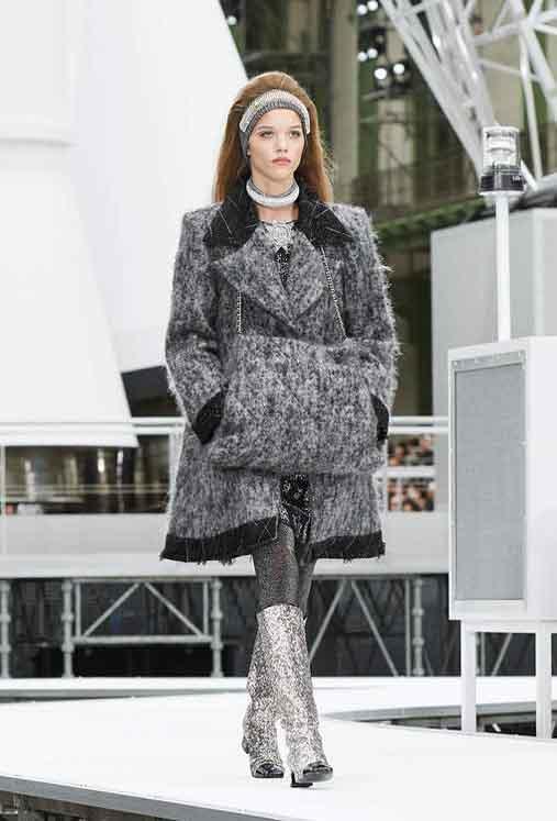 chanel-fw17-rtw-fall-winter-2017-18-collection (11)-black-fur-coat