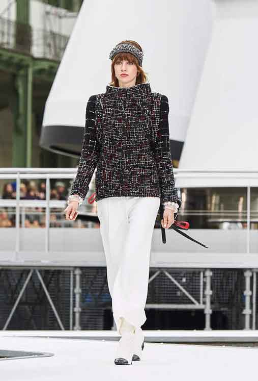 chanel-fw17-rtw-fall-winter-2017-18-collection (16)-sweater-white-pant