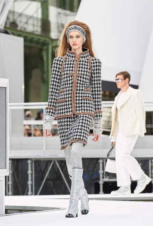 chanel-fw17-rtw-fall-winter-2017-18-collection (26)-gloves-leggings