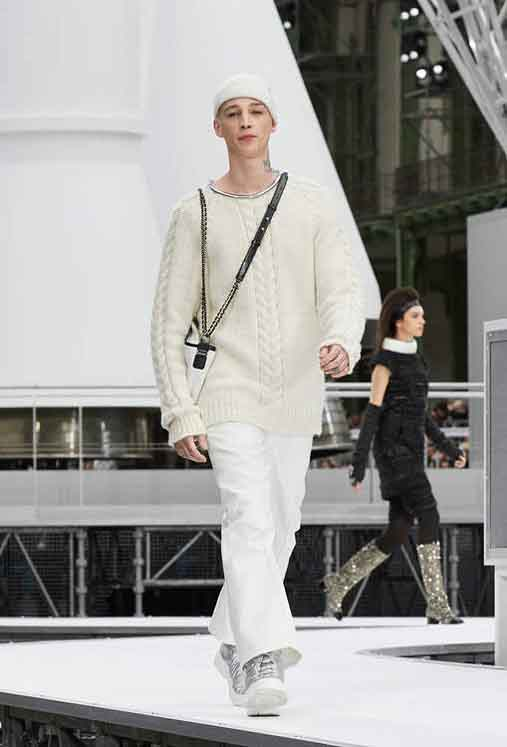 chanel-fw17-rtw-fall-winter-2017-18-collection (45)-sweater-white-pant