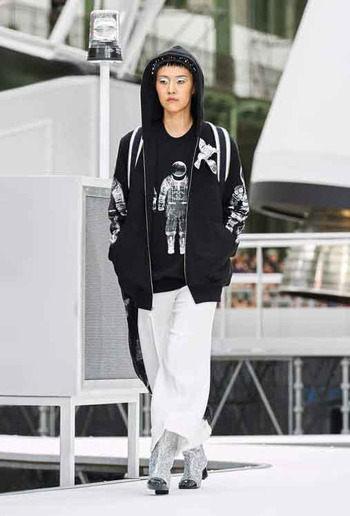 chanel-fw17-rtw-fall-winter-2017-18-collection (52)-graphic-tee-shirt