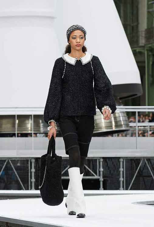 chanel-fw17-rtw-fall-winter-2017-18-collection (71)-bag-leggings-white-boots