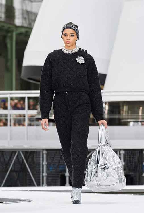 chanel-fw17-rtw-fall-winter-2017-18-collection (73)-all-black-outfit