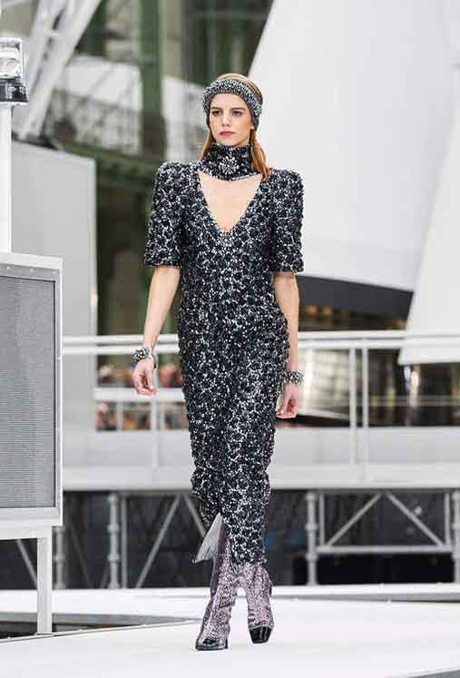 chanel-fw17-rtw-fall-winter-2017-18-collection (83)-plunging-neckline-bracelet