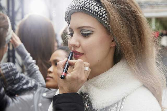 chanel-fw17-rtw-fall-winter-2017-18-collection-backstage-pics (3)-beauty-makeup-lipstick