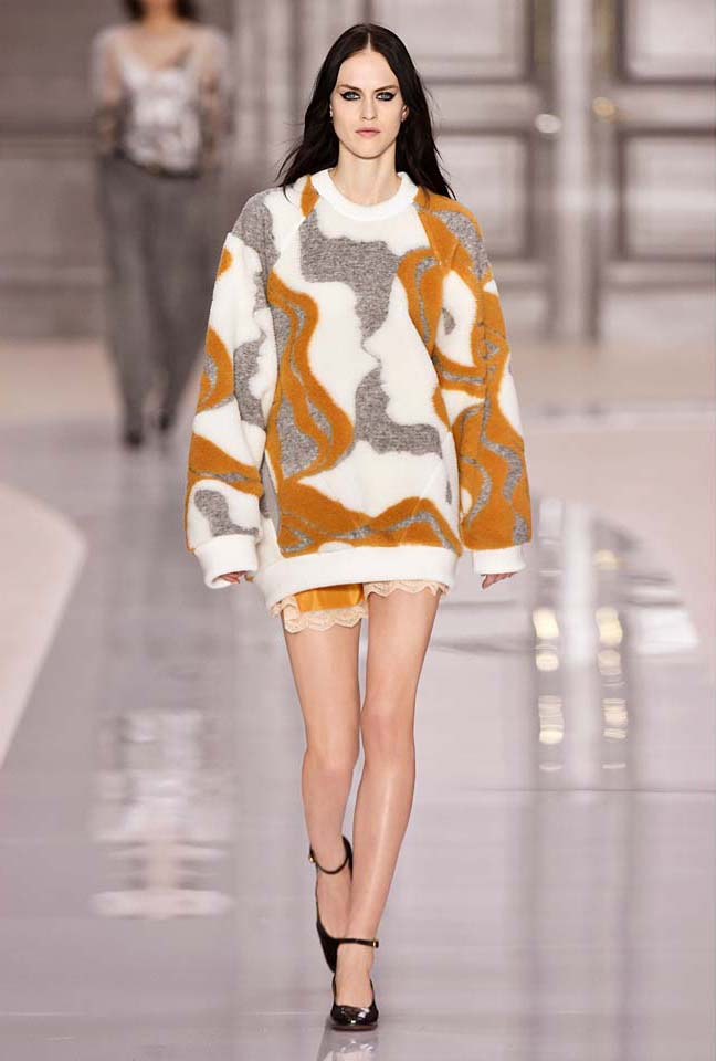 chloe-fw17-rtw-fall-winter-2017-18-collection (13)-sweater-shorts-eye-makeup
