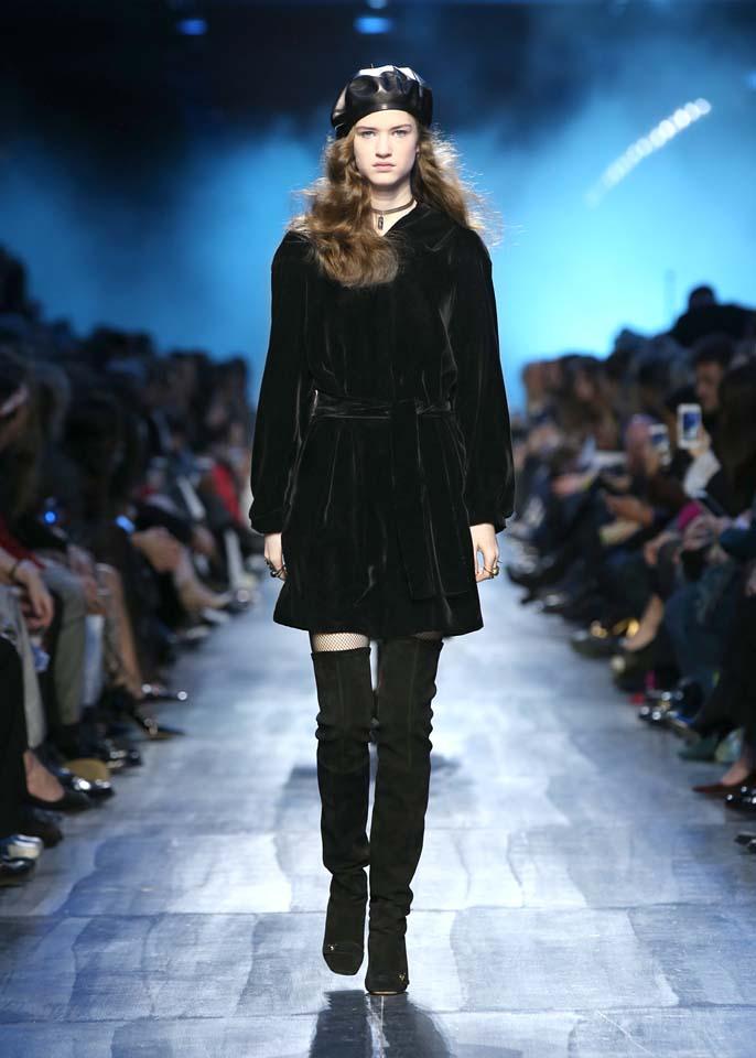 dior-fw17-rtw-fall-winter-2017-18-collection (37)-black-velvet-coat