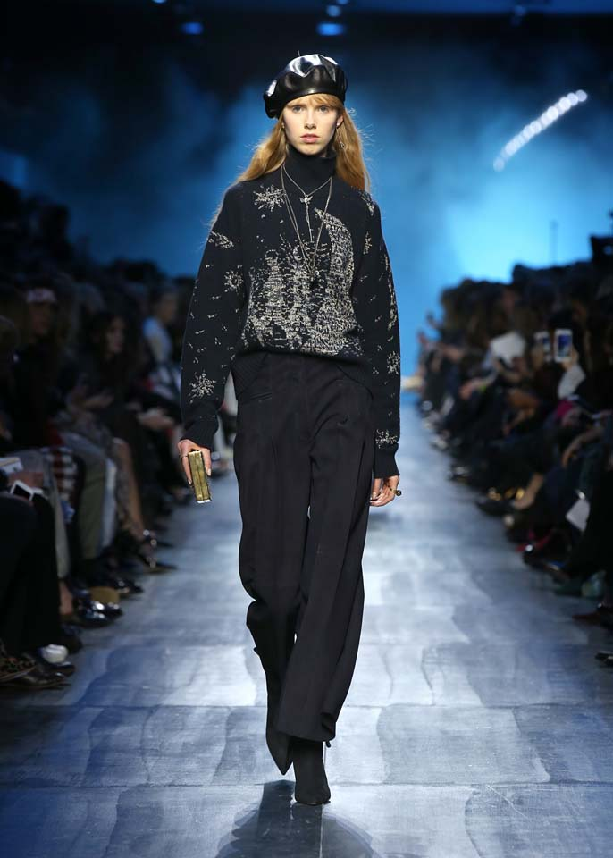 dior-fw17-rtw-fall-winter-2017-18-collection (54)-black-printed-sweater