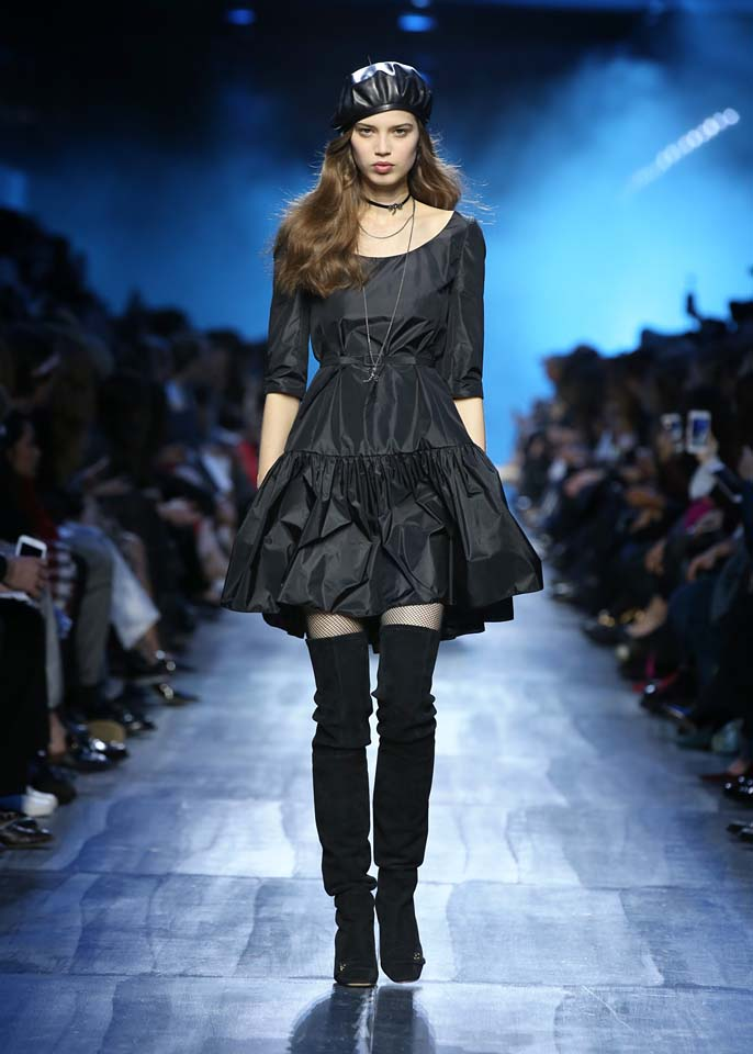 dior-fw17-rtw-fall-winter-2017-18-collection (56)-black-dress