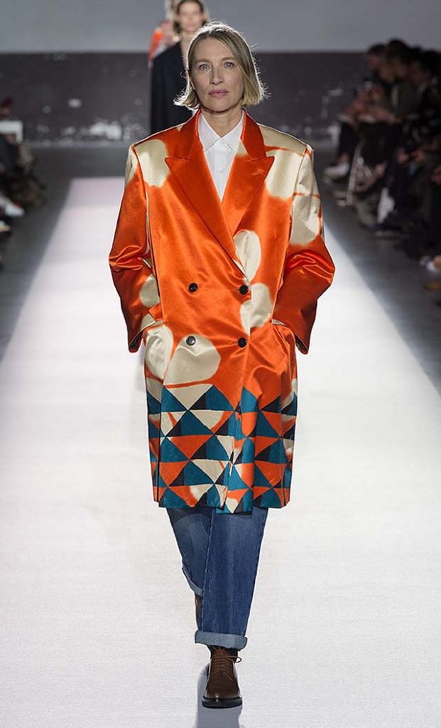 dries-van-noten-fw17-fall-winter-2017-collection-01 (1)-orange-printed-coat-denim-pants