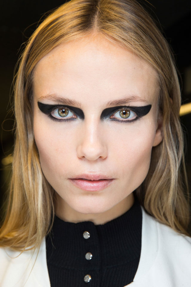 fashion-week-ready-to-wear-fall-winter-2017-designer-versace-winged-eyeliner