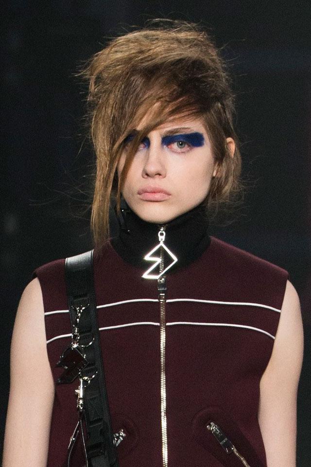 ... ready-to-wear-fall-winter-2017-designer-versus-versace-blue-eye-makeup
