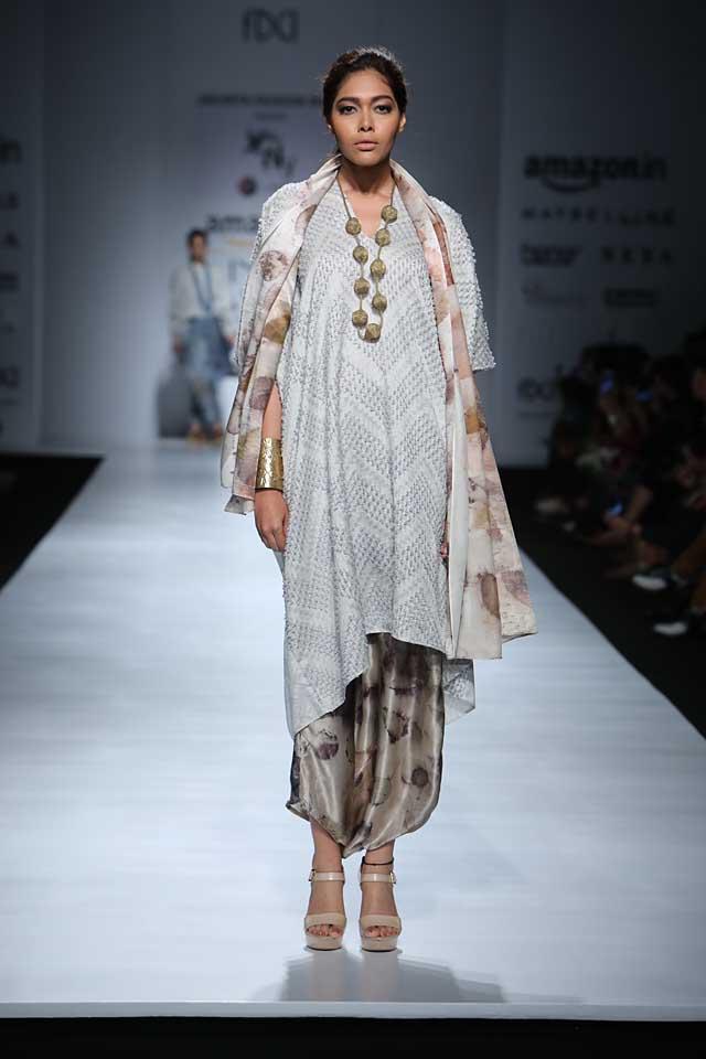 jakarta-show-amazon-india-fashion-week-indowestern-outfits (5)-asymmetric-kurta-dupatta-cropped-pants