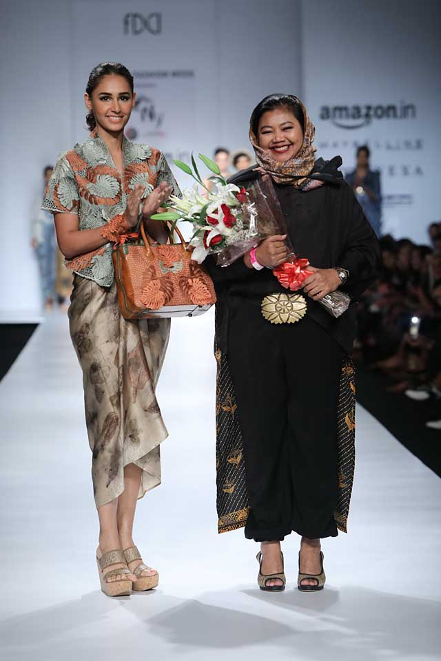 jakarta-show-amazon-india-fashion-week-indowestern-outfits (7)-bag-black-outfit