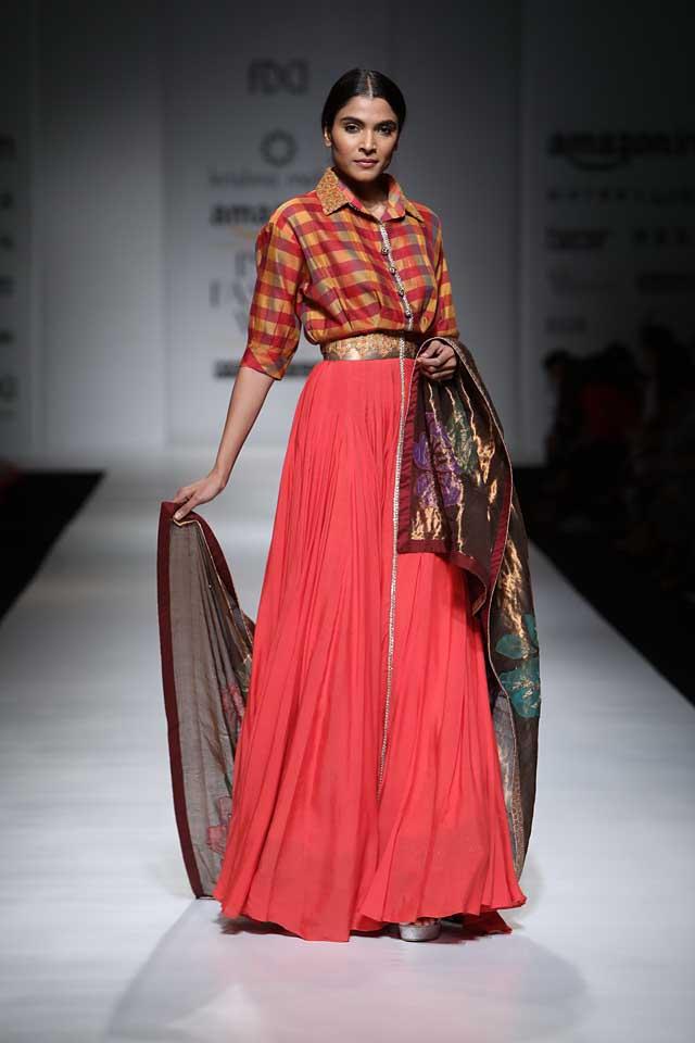 krishna-mehta-aifw-2017-fashion-show-dress-designer-indowestern-outfit (6)-red-skirt-check-top-dupatta