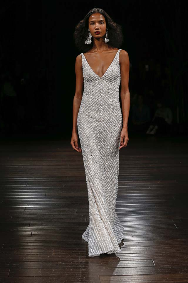 naeem-khan-bridal-fall-winter-2017-collection (10)-plunging-neckline-rextured-gown