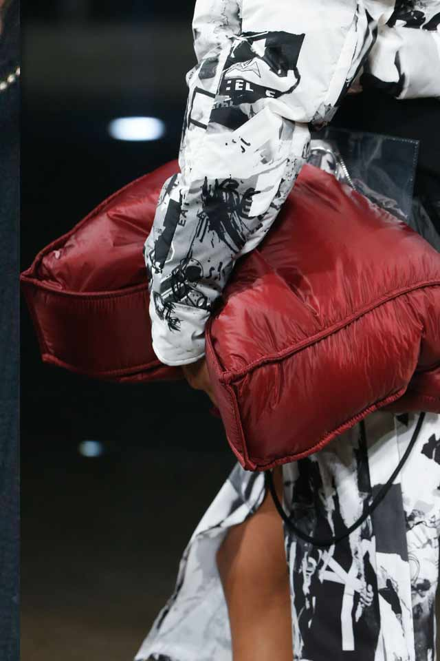 popular-trends-in-handbags-for-fall-winter-2017-versus-versace-burgandy-huge-bags