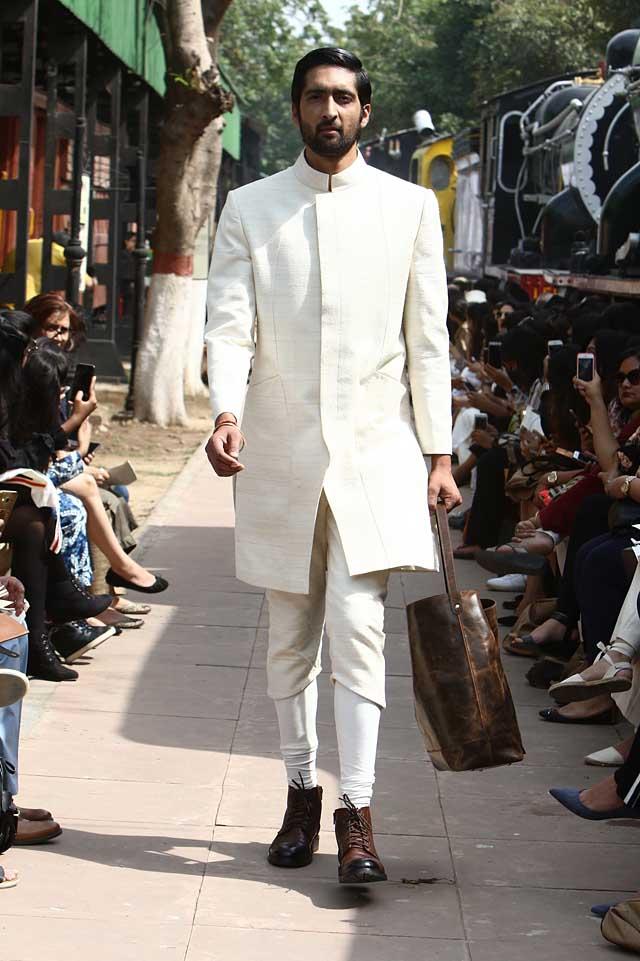 samant-chauhan-amazon-india-fashion-week-autumn-winter-2017-collection-aifw17 (2)-white-kurta-cropped-pants-socks-shoes-menswear