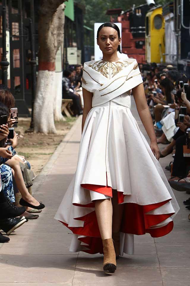 samant-chauhan-amazon-india-fashion-week-autumn-winter-2017-collection-aifw17 (6)-white-asymmetric-dress